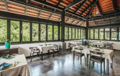 A restaurant or other place to eat at Aravinda Resort Ninh Binh