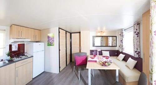 A kitchen or kitchenette at Camping Le Lac Bleu