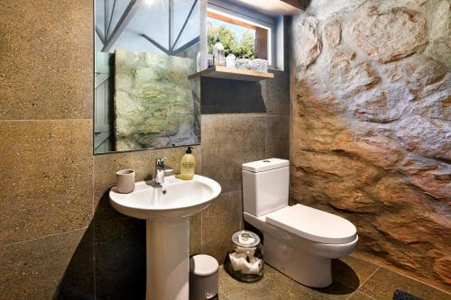 A bathroom at Umami Mountain Retreat