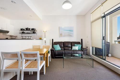 A seating area at Darlinghurst Fully Self Contained Modern 1 Bed Apartment (713RIL)
