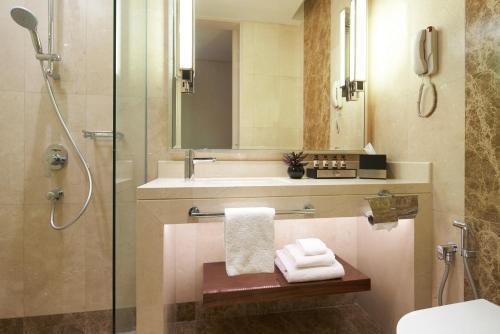 A bathroom at Park Hotel Farrer Park