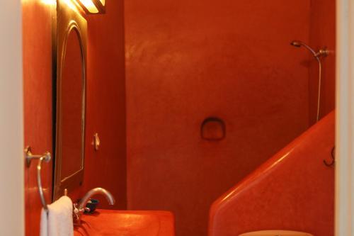 Salle de bains dans l'établissement Riad Marhbabikoum
