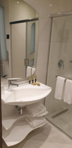 A bathroom at Adagio Aparthotel Jeddah Malik Road