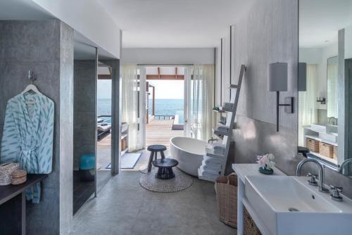 A bathroom at Four Seasons Resort Maldives at Landaa Giraavaru