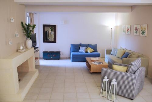 A seating area at Eliathos Residence Houses