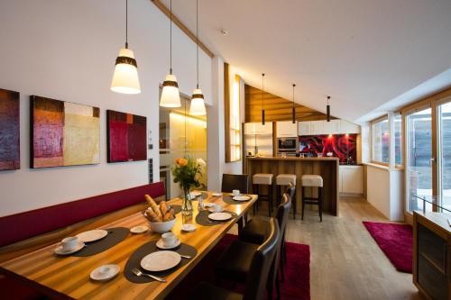 Ein Restaurant oder anderes Speiselokal in der Unterkunft Alpenappartement Bergkönig