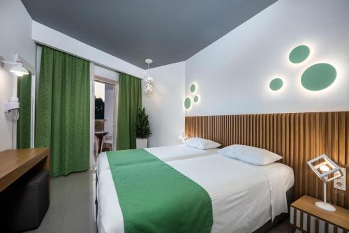 A bed or beds in a room at Zeus Hotel