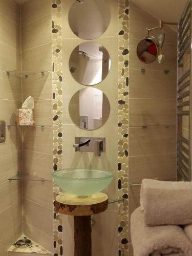 A bathroom at Carnetin Le Parc, Gite et B&B