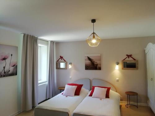 A bed or beds in a room at Le Domaine De Pairis