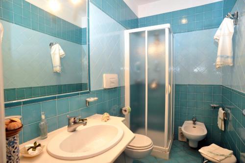 A bathroom at Hotel La Casa sul Mare