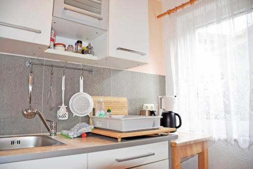 A kitchen or kitchenette at Pension im Ostseebad Sellin