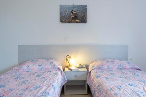 Łóżko lub łóżka w pokoju w obiekcie Thermios Apollon