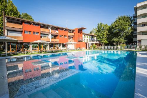 Bazén v ubytování La Pergola Hotel nebo v jeho okolí