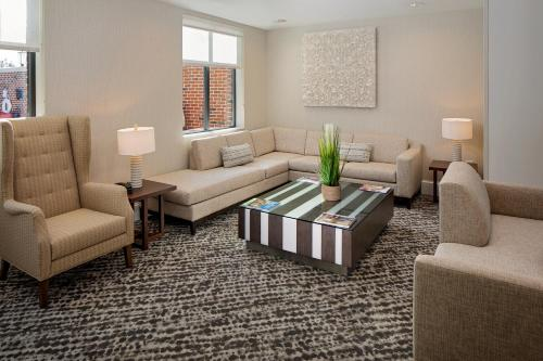 A seating area at Residence Inn by Marriott Charleston Summerville