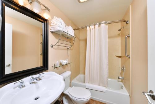 A bathroom at Dana Point Marina Inn