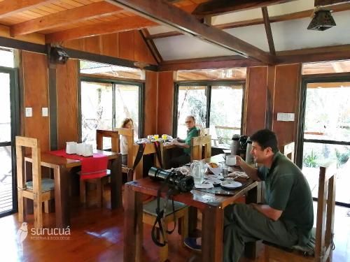 Un restaurant u otro lugar para comer en Surucua Reserva & Ecolodge