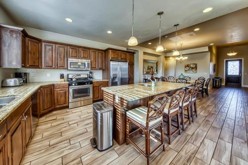 A kitchen or kitchenette at Mountain View Retreat: Paradise Village at Zion #39