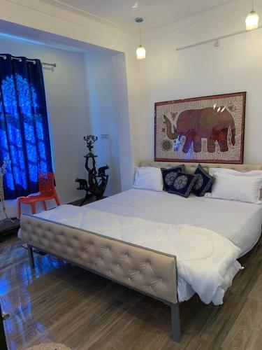 A bed or beds in a room at Boraj Haveli Guest House