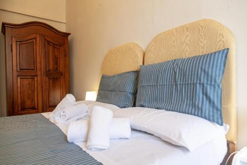A bed or beds in a room at Le Violette