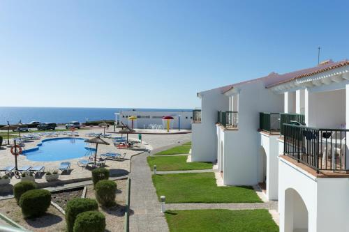 Вид на бассейн в RVHotels Sea Club Menorca или окрестностях