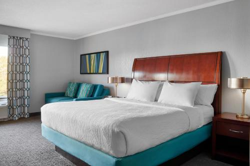 A bed or beds in a room at Hilton Garden Inn Allentown West