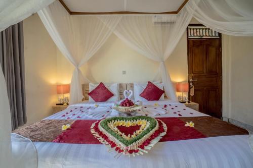 Een bed of bedden in een kamer bij Nick's Hidden Cottages