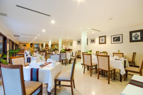 A restaurant or other place to eat at Saem Siemreap Hotel