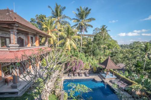 Uitzicht op het zwembad bij Nick's Hidden Cottages of in de buurt