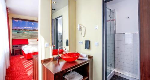 A bathroom at Best Western Plus Plaza Berlin Kurfürstendamm
