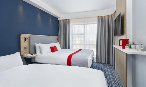 A bed or beds in a room at Holiday Inn Express Grimsby