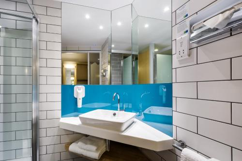 A bathroom at Holiday Inn Express London - Watford Junction