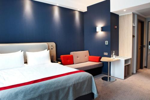 A bed or beds in a room at Holiday Inn Express - Ringsheim