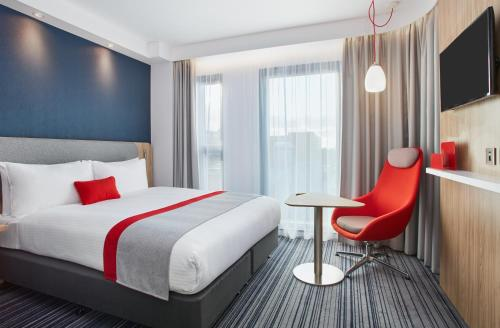 A bed or beds in a room at Holiday Inn Express London-Ealing