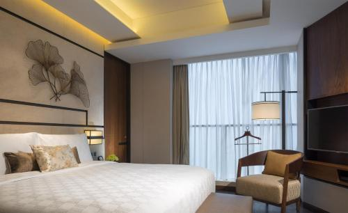 A bed or beds in a room at HUALUXE Hotels & Resorts Nanchang High-Tech Zone, an IHG hotel