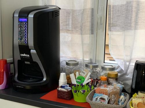 Coffee and tea-making facilities at B&B Youbed Extra