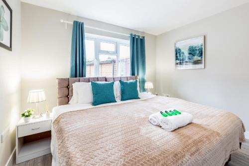 A bed or beds in a room at Dartford, Kent - Modern 2Bd 2Bath En-Suite Bungalow M25 Bluewater