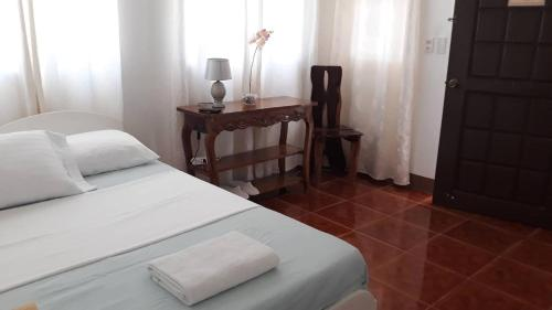 A bed or beds in a room at Marnin's Bora Place