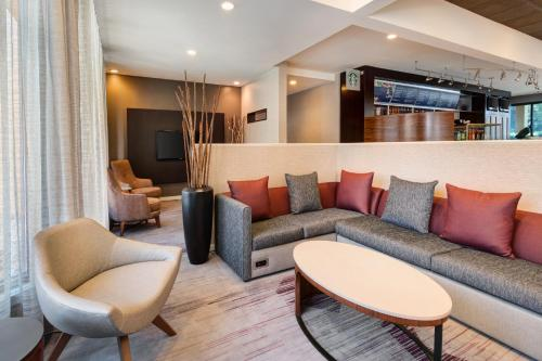 A seating area at Courtyard by Marriott Atlanta Executive Park/Emory