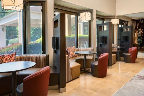 A restaurant or other place to eat at Courtyard by Marriott Atlanta Executive Park/Emory