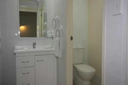 A bathroom at Tuncurry Lakes Resort