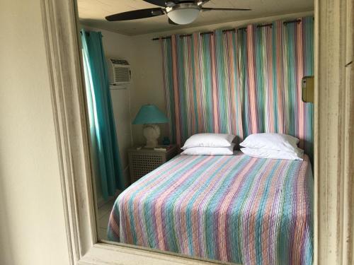 Cama ou camas em um quarto em The Merry Milestone, Oceanfront villa at Spanish Lagoon