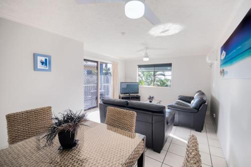 A seating area at Airlie Apartments