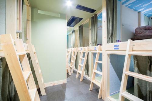 Tempat tidur susun dalam kamar di HOSTEL WASABI Nagoya Ekimae