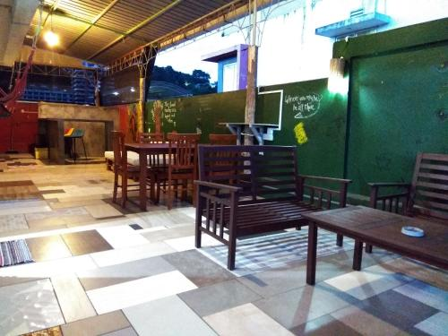 A restaurant or other place to eat at Sandakan Backpackers Hostel