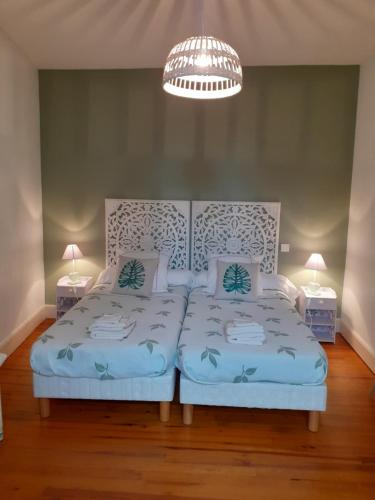 Ein Bett oder Betten in einem Zimmer der Unterkunft Chambre d'Hôtes La Tour de Brazalem