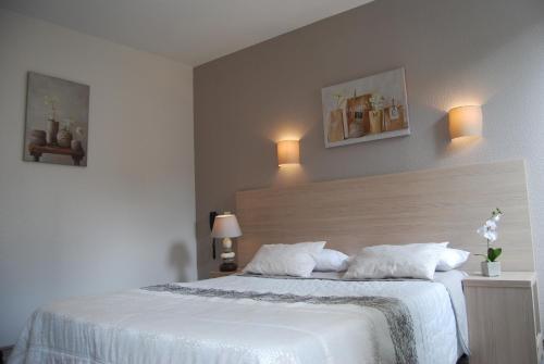 Un ou plusieurs lits dans un hébergement de l'établissement Hotel du Midi - Rodez Centre Ville