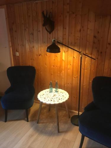 Ein Sitzbereich in der Unterkunft Stollenbacher Hütte