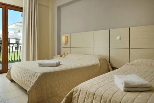 Кровать или кровати в номере Aristotelis Hotel