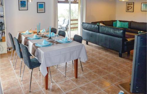 A restaurant or other place to eat at Awesome home in Pierrerue w/ WiFi, 3 Bedrooms and Outdoor swimming pool