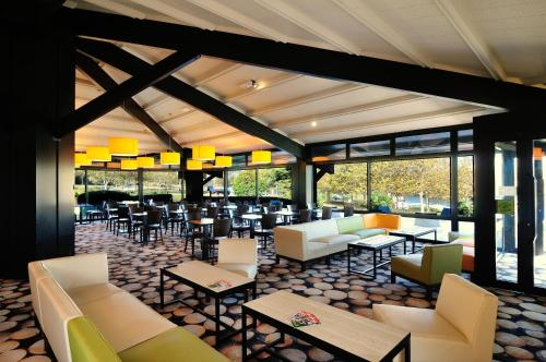 """A restaurant or other place to eat at Relais Fasthotel """"La Couchée"""" Avignonet"""